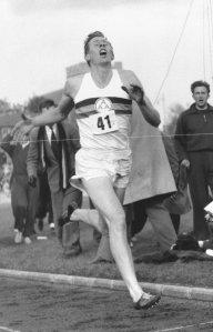 En la carrera donde Roger Bannister batió el record de la milla, todos los corredores tenían los 4 minutos en mente. Por eso, todos corrieron con un dorsal donde había un 4