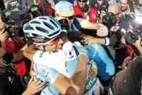 Abrazo de equipo tras la etapa en la sierra madrileña